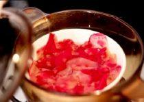 Làm nước hoa hồng bằng phương pháp cách thủy