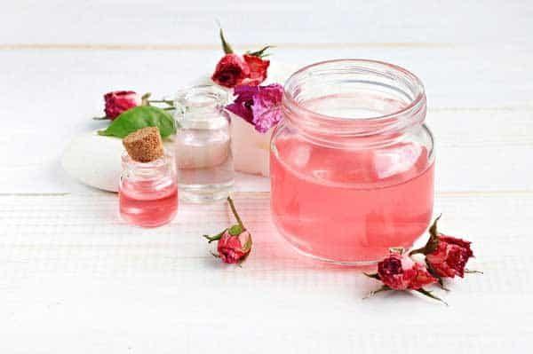 Tác dụng của nước hoa hồng trong việc chăm sóc da