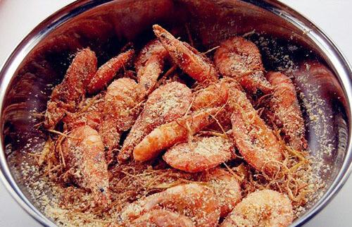 Cho muối ớt vào đảo cùng tôm