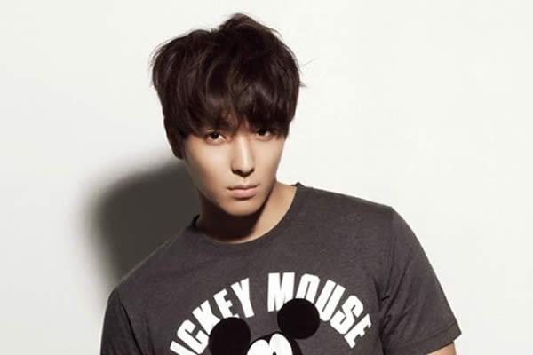 Jong Hun là một chàng trai đào hoa với ngoại hình và nụ cười hấp dẫn.
