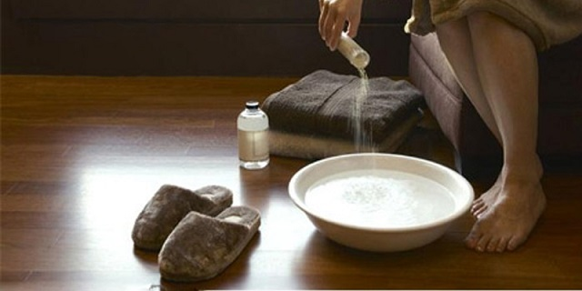 Chữa mùi hôi vùng kín bằng nước muối